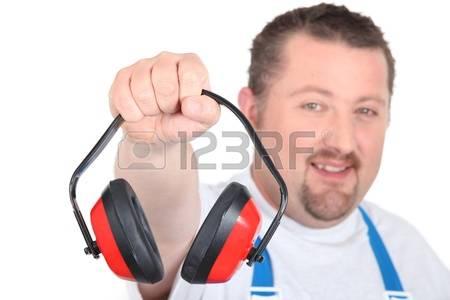 22029775-ouvrier-en-salopette-bleue-tenant-la-protection-de-l-oreille