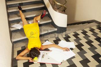 34561100-portrait-de-femme-accident-escalier