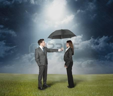 13736666-assurance-concept-de-protection-homme-d-affaires-de-prot-ger-une-femme-avec-un-parapluie
