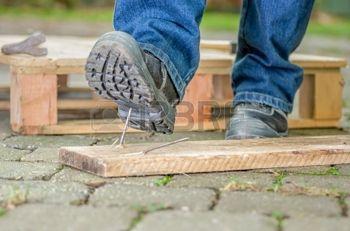 24907799-ouvrier-avec-des-chaussures-de-s-curit-marche-sur-un-clou