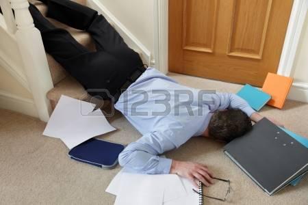 25085166-homme-d-affaires-tomber-dans-les-escaliers-dans-le-concept-de-bureau-en-cas-d-accident-et-de-blessur