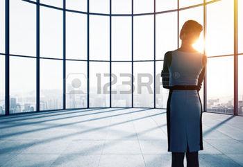 31429004-affaires-penser-en-bureau-et-en-regardant-la-fen-tre