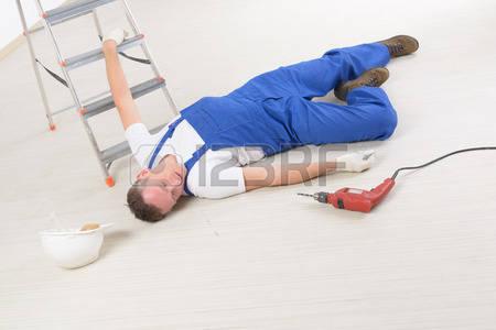 36630461-man-travailleur-portant-sur-un-plancher-notion-d-accident-au-travail