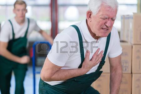 36708907-close-up-de-travailleur-g-d-entrep-t-ayant-une-crise-cardiaque