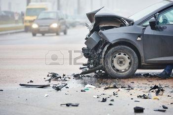 36815351-crash-accident-de-voiture-sur-la-rue-les-voitures-endommag-es-apr-s-la-collision-dans-la-ville