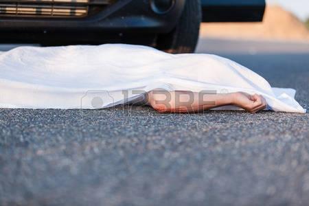 51611624-corps-d-un-jeune-enfant-recouvert-d-un-drap-couch-sur-la-rue-en-face-du-pare-chocs-de-la-voiture-qui