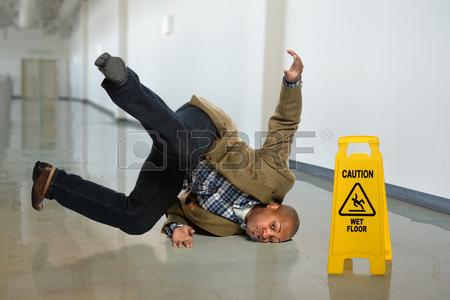 47035236-homme-d-affaires-afro-ama-ricain-qui-tombe-sur-sol-mouilla-dans-le-bureau