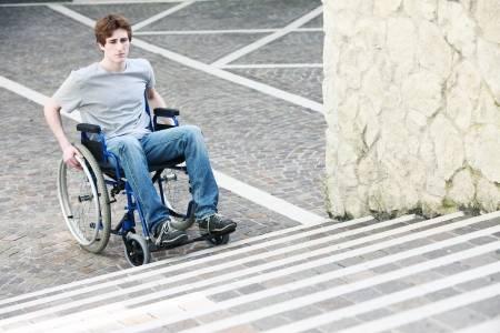 21647854-un-jeune-homme-dans-un-fauteuil-roulant-qui-ne-peuvent-pas-monter-les-escaliers