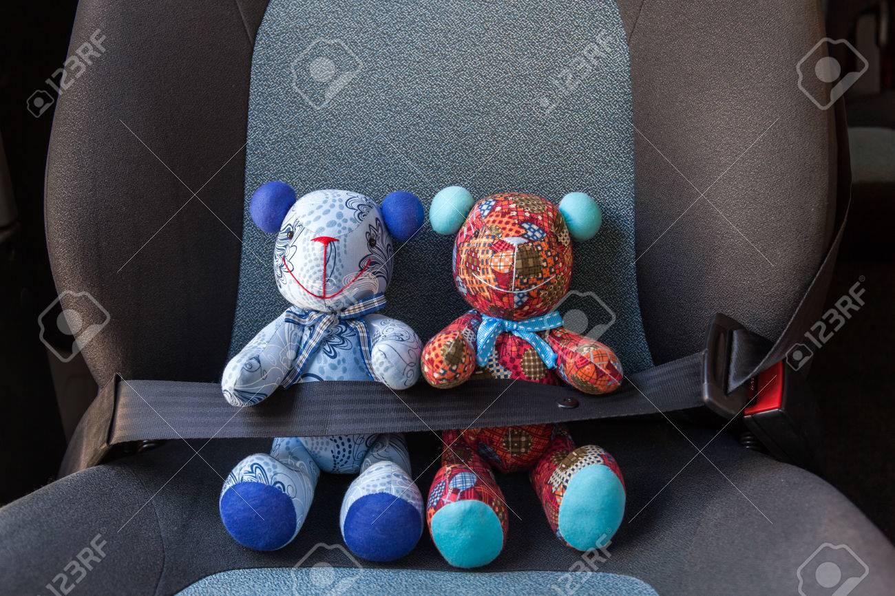 51581571-jouets-en-peluche-bouclée-avec-ceinture-de-sécurité-dans-une-voiture